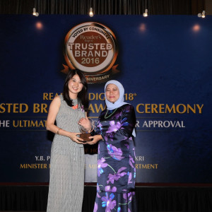Left-Consumer-Product-Manager-of-Goodyear-Malaysia-Ms-Lim-Jia-Yuen-receiving-the-Reader's-Digest-Trusted-Brand-Award-Malaysia-2016